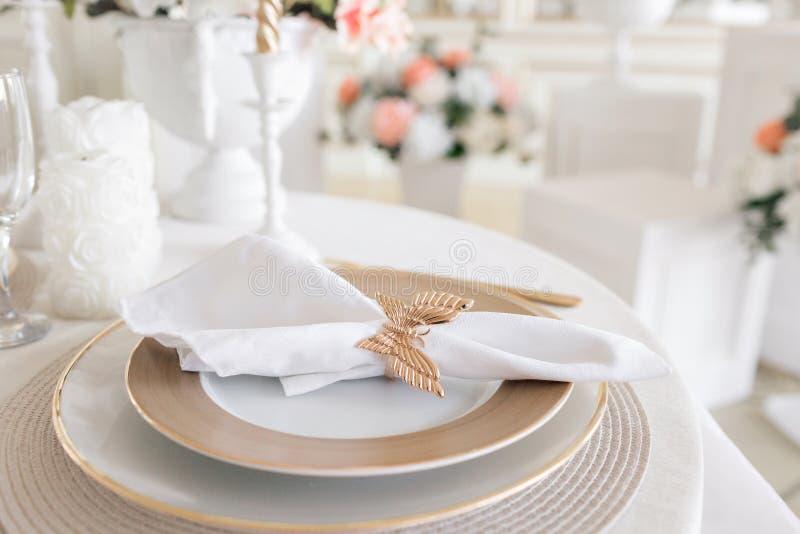 План конца-вверх праздничной таблицы украшенные таблица и стулья для праздничного обедающего Роскошное оформление с дневним свето стоковое фото