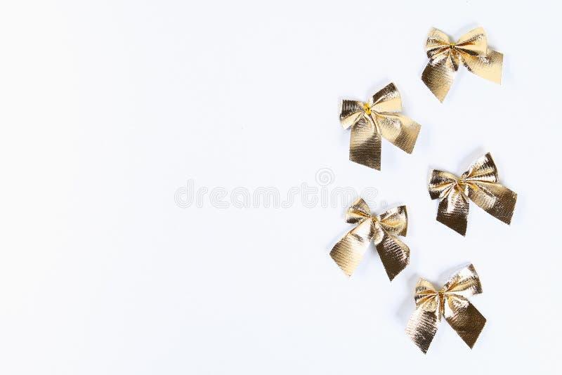 План рождества Золотой смычок рождества на белой предпосылке Новый Год 2019, рождество, концепция зимы Космос экземпляра, tov осм стоковые изображения rf