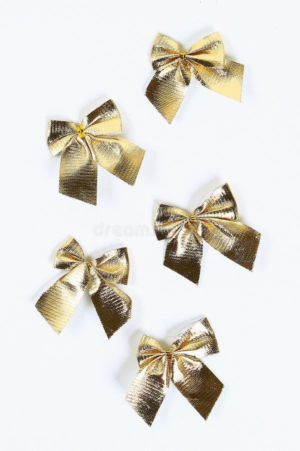 План рождества Золотой смычок рождества на белой предпосылке стоковое фото
