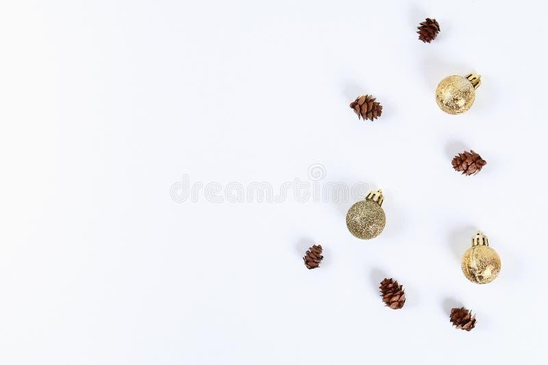 План рождества Золотой шарик игрушки, конус сосны на белой предпосылке Новый Год 2019, рождество, концепция зимы Космос экземпляр стоковое фото