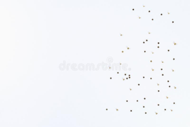 План рождества Золотой confetti в форме звезд на белой предпосылке Новый Год 2019, рождество, концепция зимы скопируйте космос стоковая фотография rf