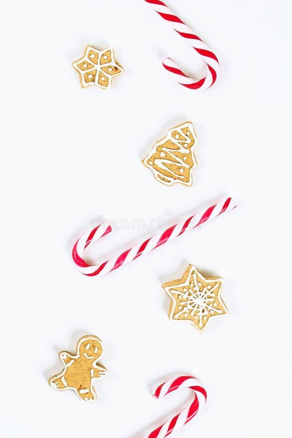 План рождества Striped красно-белые конфеты тросточки и домодельные печенья имбиря стоковые изображения rf
