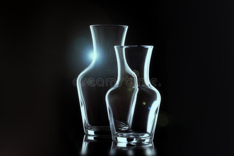 План 2 стеклянных ваз на черной предпосылке, горизонтальном плане пирофакелы стоковое изображение