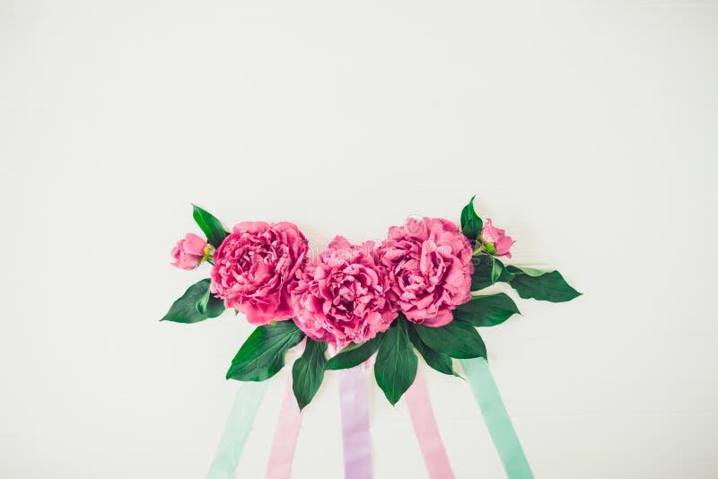 План с составом цветков пиона с лентами пастельных цветов на белой предпосылке Любовь, свадьба Праздничный флористический модель- стоковая фотография rf