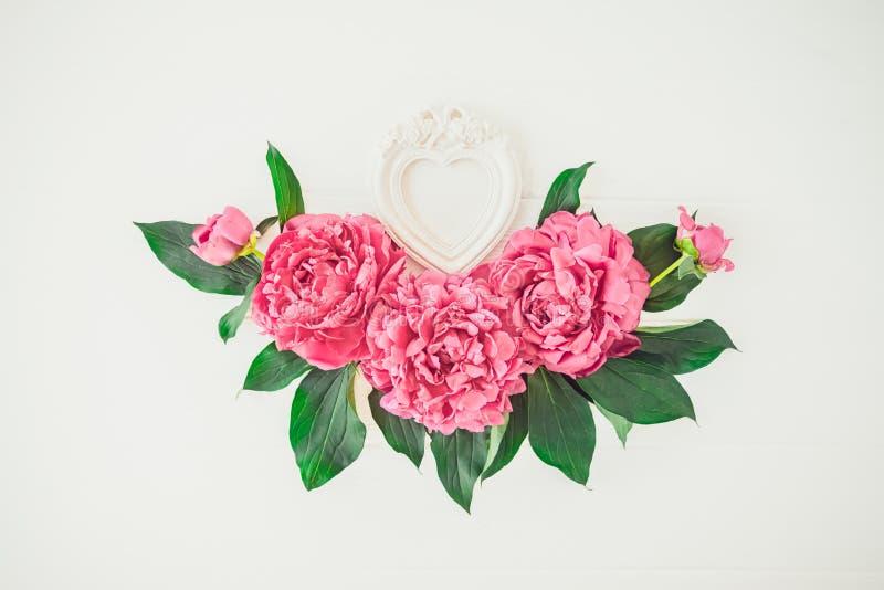 План с цветками составом пиона и рамка фото формы сердца на белой предпосылке Любовь, свадьба Модель-макет Валентайн флористическ стоковое изображение rf