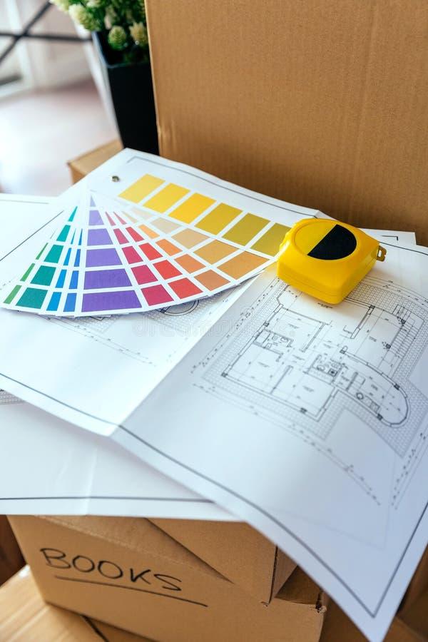 План, цветовая палитра и метр над коробками стоковая фотография rf