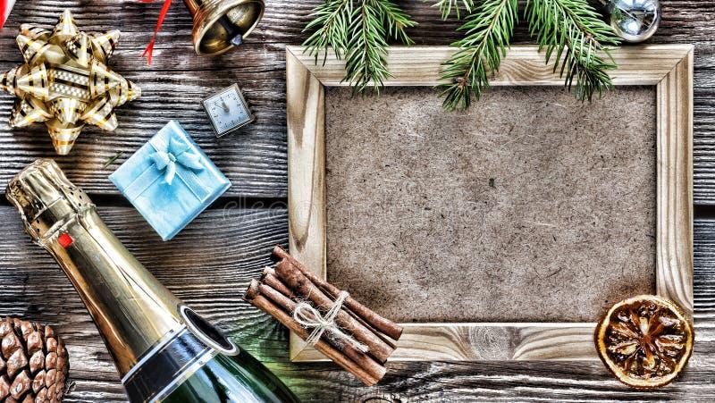 План ` s Нового Года Шампань, рождественская елка и различные украшения Нового Года, символы и аксессуары стоковое изображение