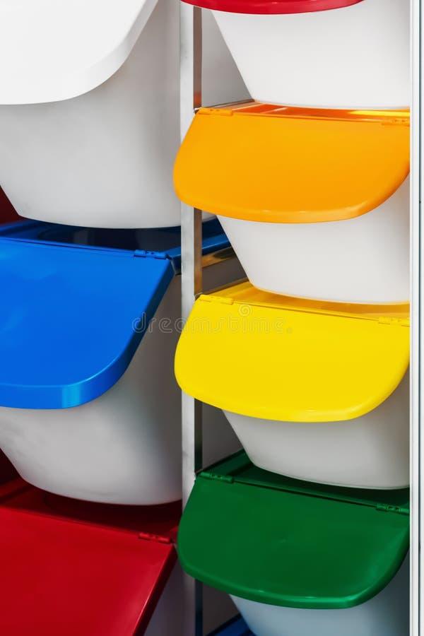 Пластиковая корзина с цвет-закодированными крышками использована для стоковая фотография rf
