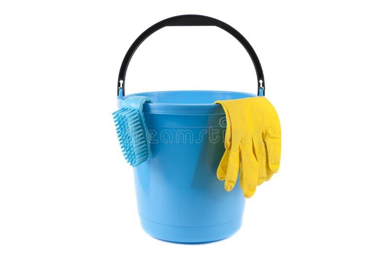 Пластиковое ведро и резиновые перчатки изолированные на белизне стоковые фотографии rf