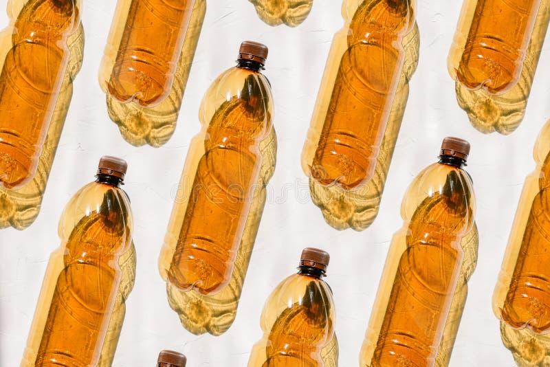 Пластиковые бутылки на белой предпосылке Состав от пластиковых коричневых бутылок Солнце светит, трудная тень объектов E стоковые изображения rf