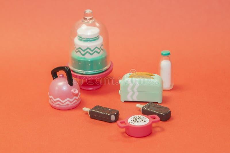 пластиковые игрушечные таблетки с классическими укушенными поп-сиклами, мороженое 'Lollipop' в шоколадной глазурь на пастельном о стоковая фотография