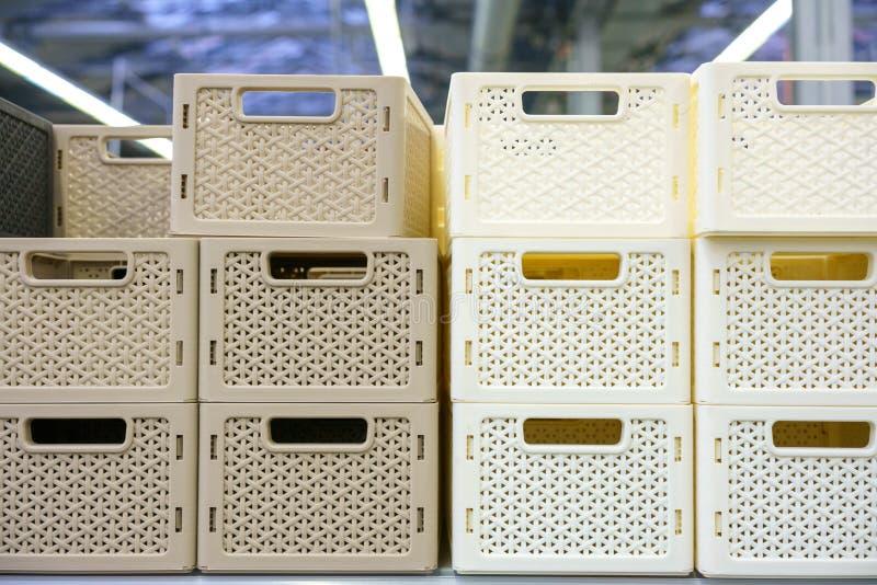 Пластиковые корзины на полке в магазине стоковые фото