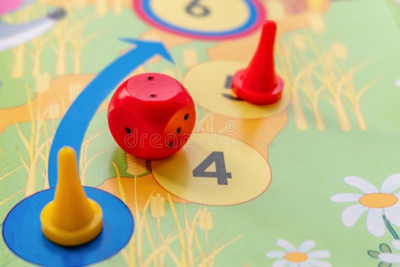 Пластиковые кость и настольные игры обломоков для детей стоковое изображение rf