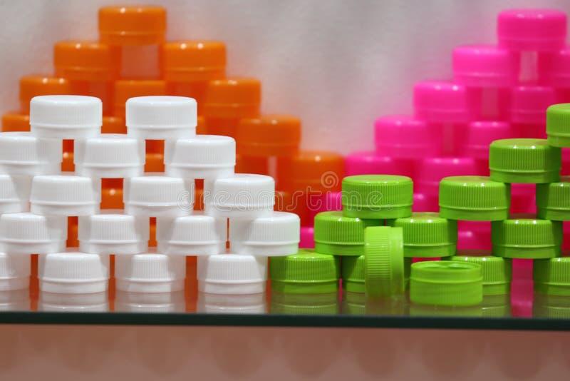 Пластиковые крышки бутылки; белые зеленые розовые оранжевые цвета стоковая фотография rf