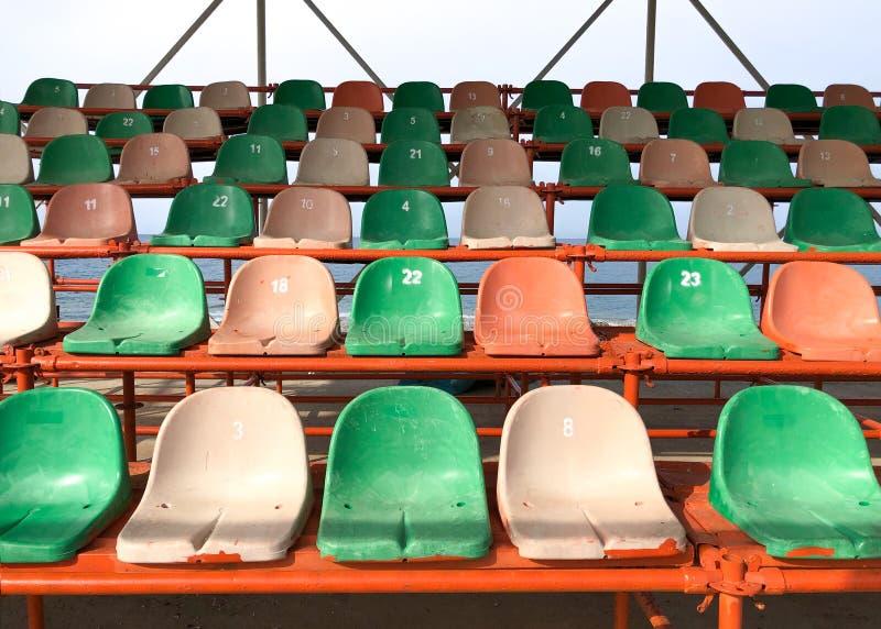Пластиковые стулья в стадионе стоковое фото