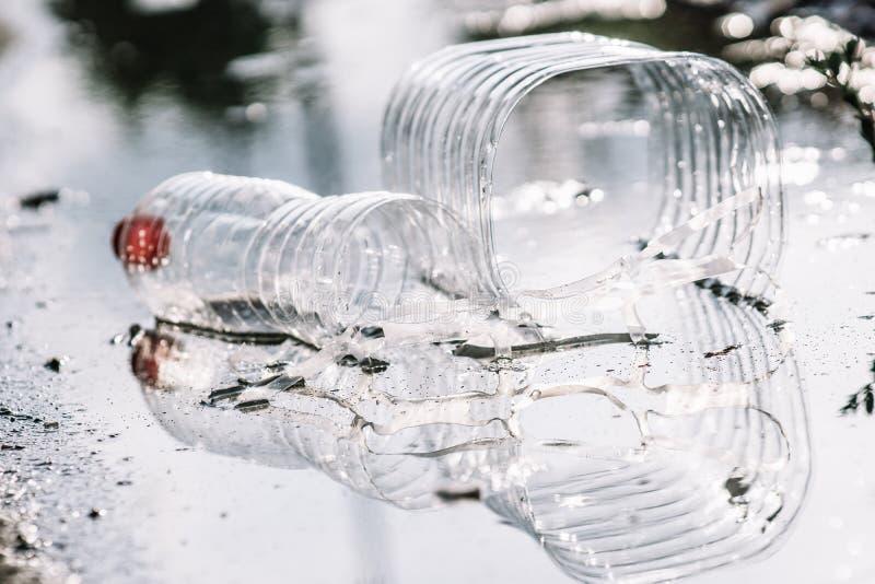 Пластиковые твердые отходы плавая на воду стоковое изображение rf