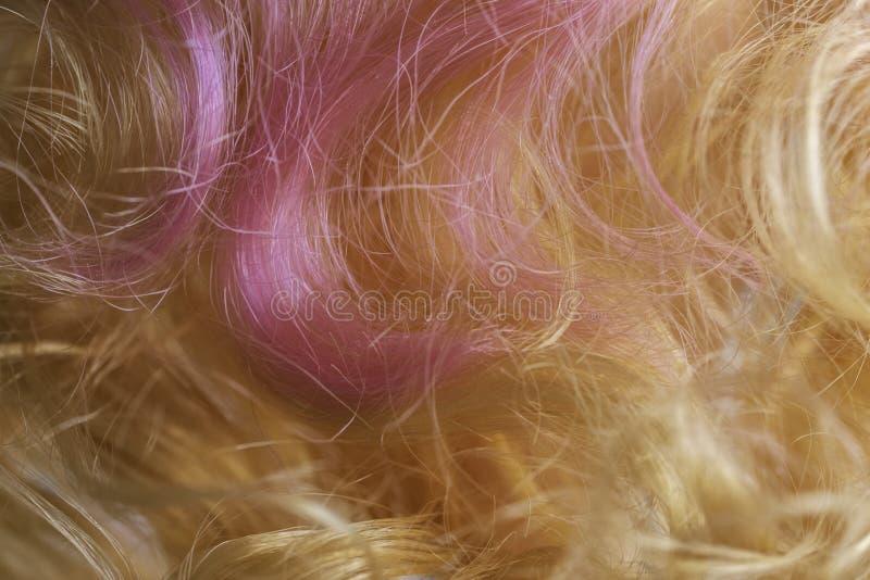 Пластиковый, искусственный пинк и светлые волосы стоковые изображения rf
