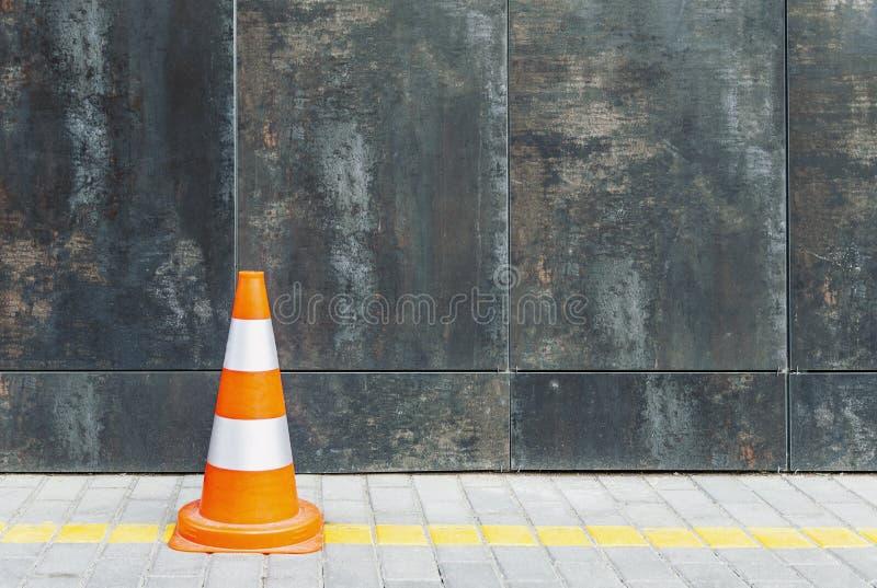 Пластиковый конус движения против стены grunge с космосом экземпляра стоковое фото