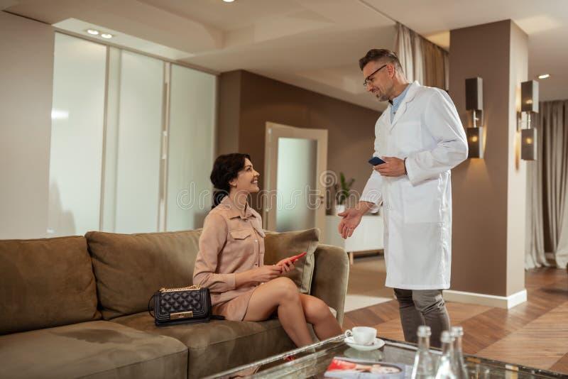 Пластический хирург встречи коммерсантки в клинике хирургии косметик стоковая фотография