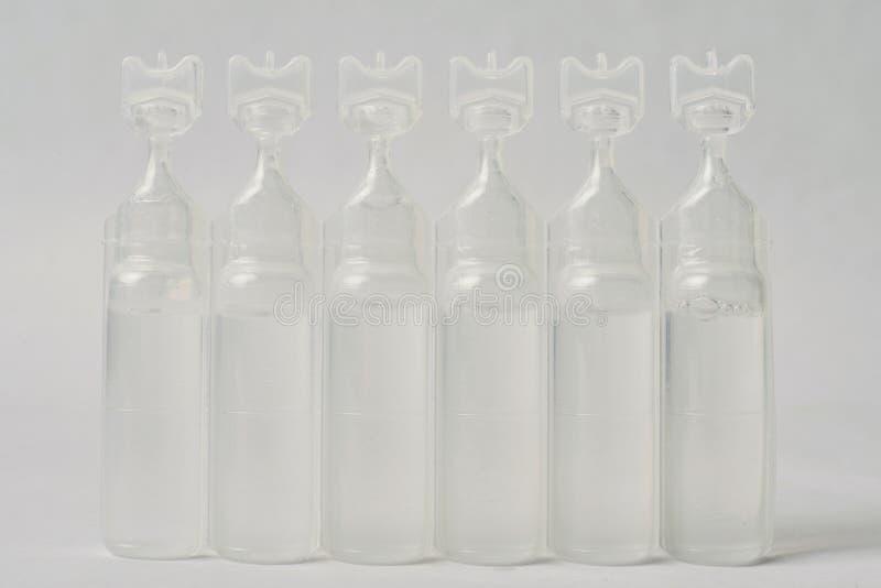 Пластичная бутылка сыворотки соляная стоковое фото