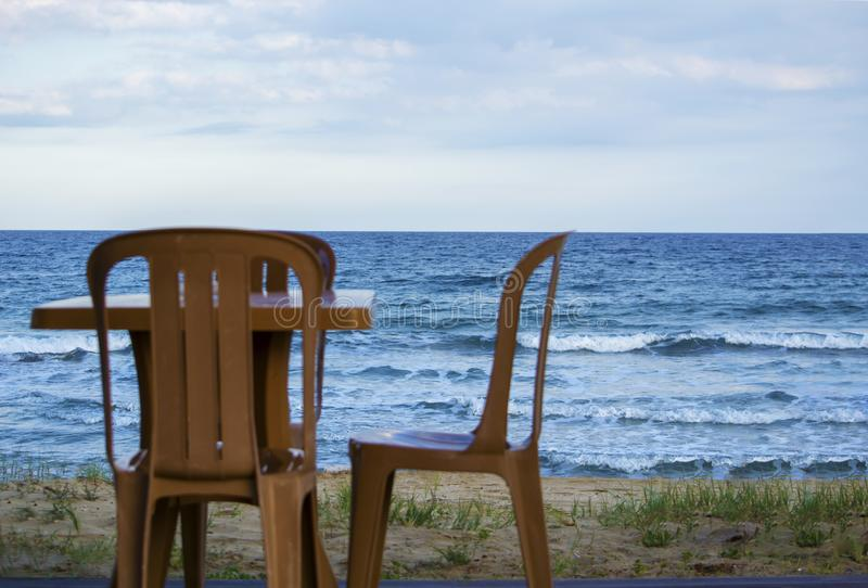 Пластичная таблица на пляже песка стоковая фотография