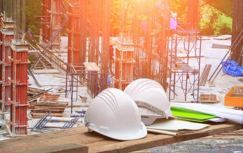 Пластичные шлем безопасности и светокопия на конструкции древесины и работника объединяются в команду реклама здания деятельности стоковая фотография