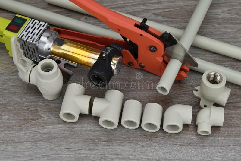 Пластичный сварщик трубы Компоненты делая трубы водопровода и специальные ножницы для резать пластичные трубы водопровода стоковое изображение rf