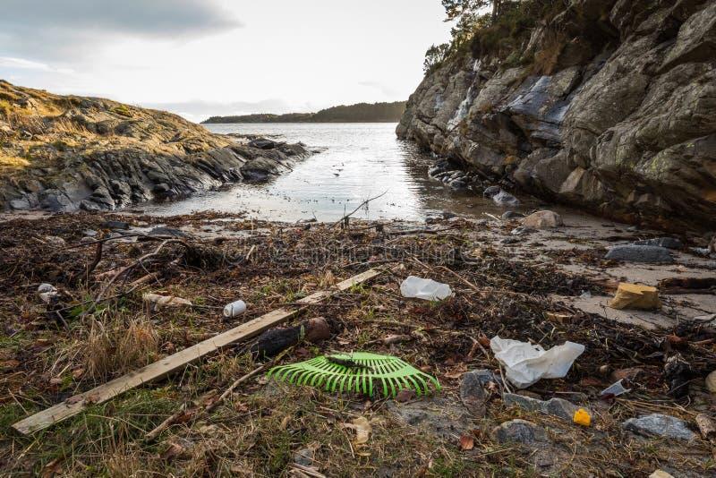Пластичный хлам на пляже в Kristiansand, Норвегии стоковое фото rf