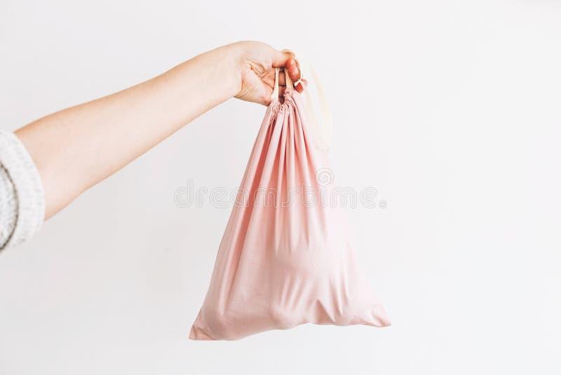 Пластмасса пользы запрета одиночная Удерживание женщины в бакалеях руки в многоразовой сумке eco Zero ненужная концепция покупок  стоковые изображения