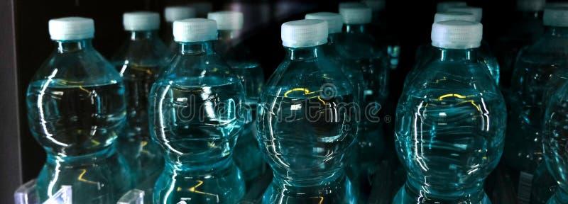 Пластмасса цвета конца-вверх воды бутылки стоковая фотография