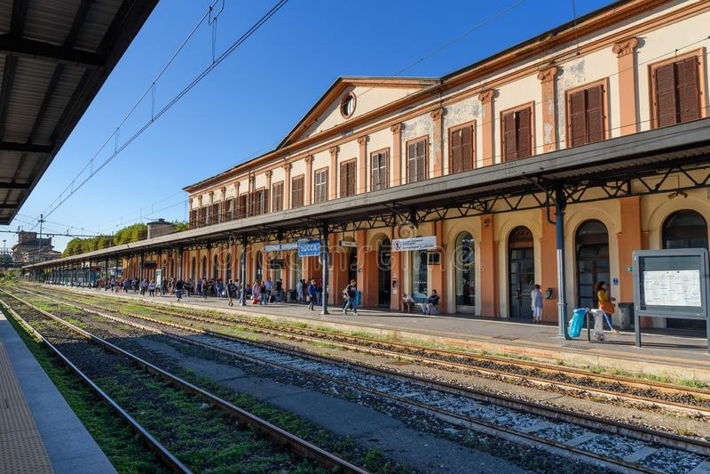 Платформа железнодорожного вокзала в Лукке Италия стоковая фотография rf