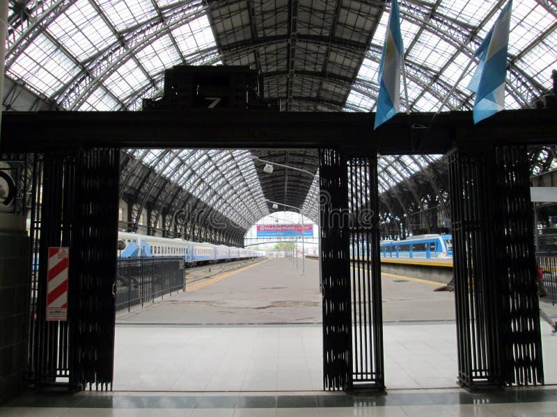 Платформы и поезда на станции Retiro на день недели стоковое изображение