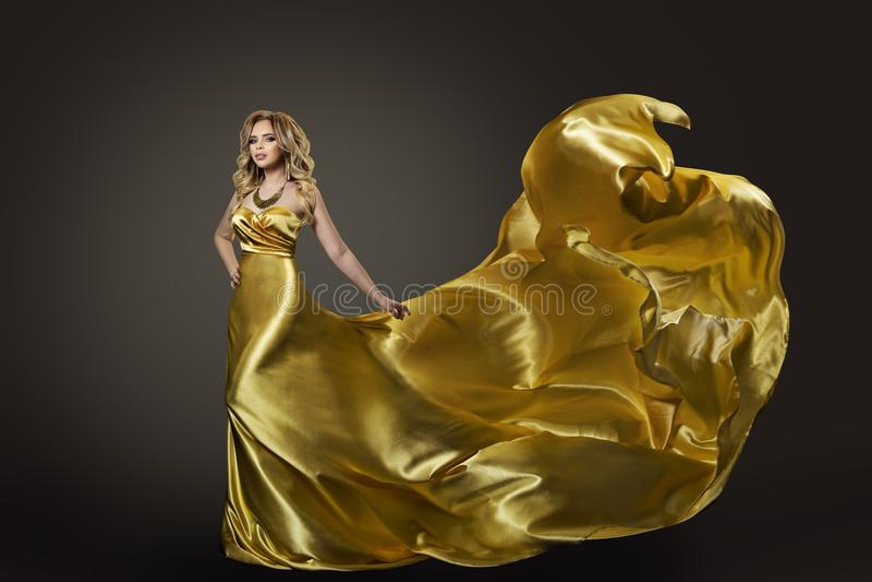 Платье золота женщины, танцы фотомодели в длинной Silk мантии стоковые изображения rf