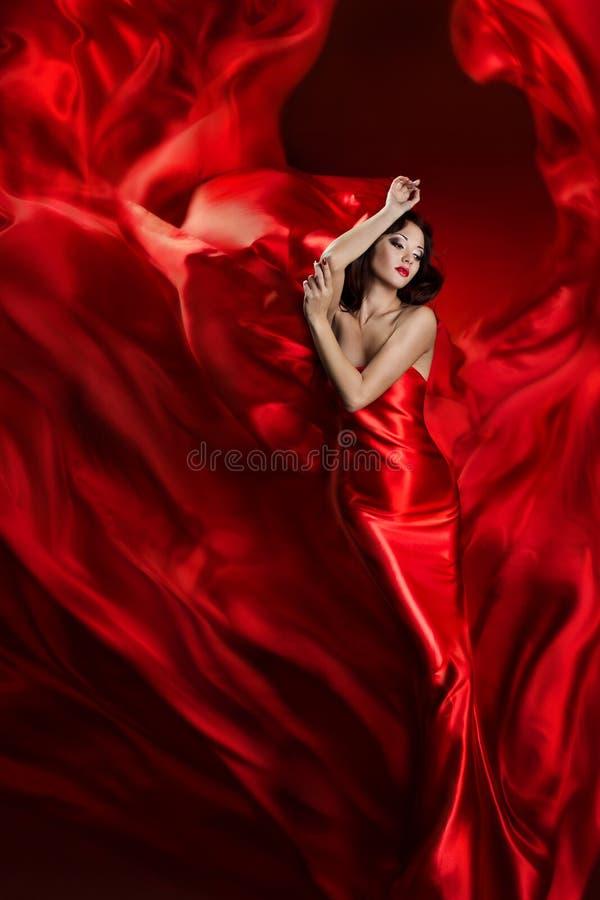 Платье искусства фотомодели, танцы женщины в красной развевая ткани стоковые изображения rf