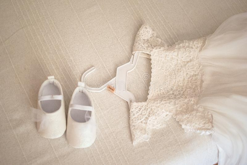 Платье и ботинки маленькой девочки белое праздничное стоковая фотография rf