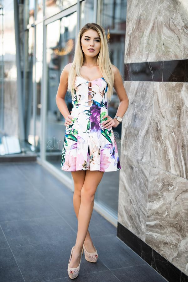 Платье красивой сексуальной белокурой носки состава женщины стильное короткое для очарования партии и прогулки фасонирует одеждам стоковые изображения