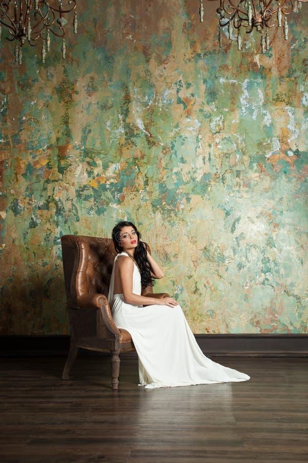 Платье красивой фотомодели женщины нося белое стоковые фотографии rf