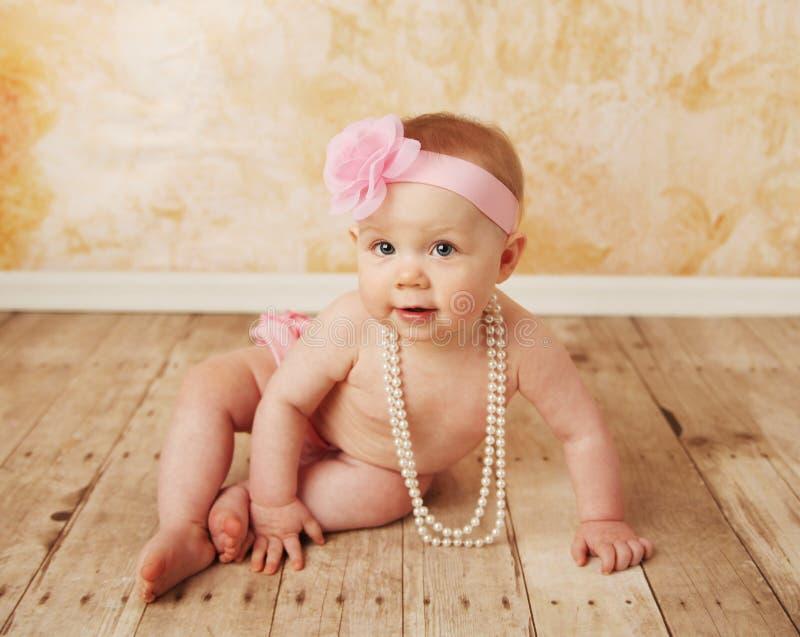 платье младенца играя довольно вверх стоковые фотографии rf
