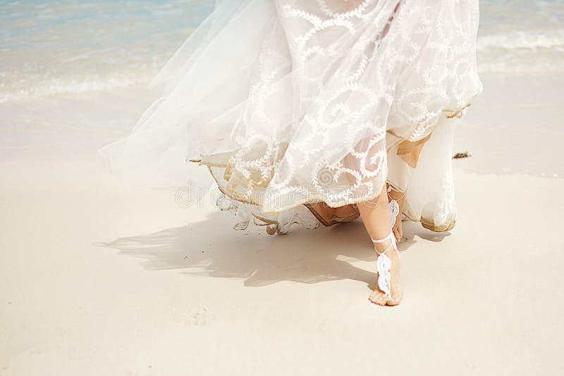 Платье свадьбы свадьба на пляже, невеста и ноги стоковое фото