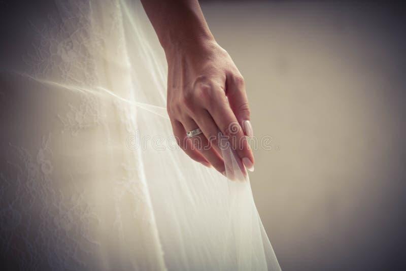 Платье свадьбы с красивым обручальным кольцом стоковые изображения