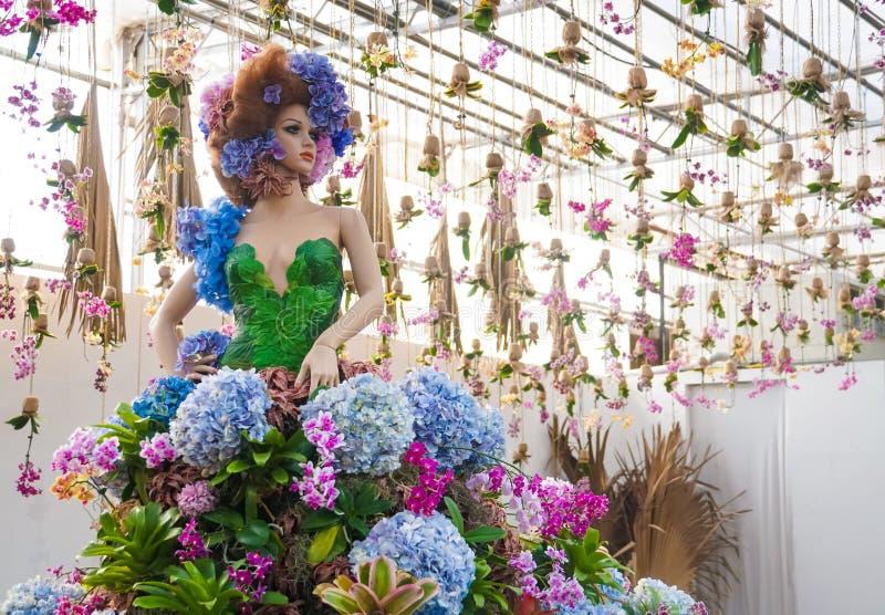Платье цветка manikin фестиваля идеи украшения ботанического сада женское стоковое изображение