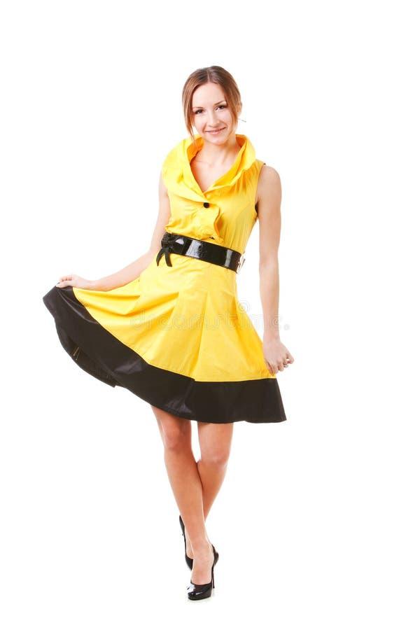 платья девушки детеныши желтого цвета довольно стоковое фото
