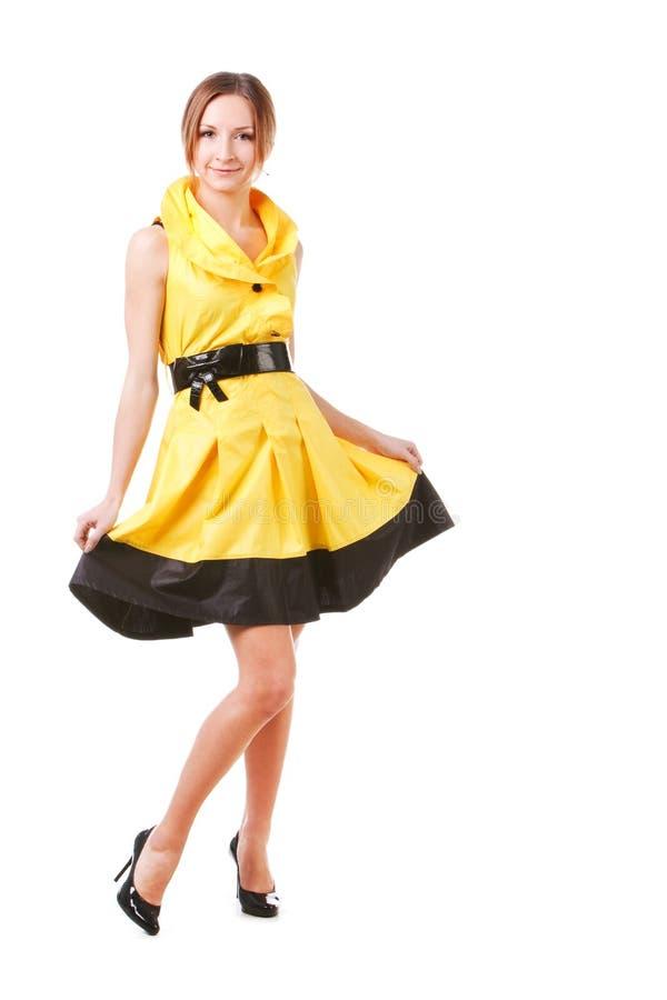 платья девушки детеныши желтого цвета довольно стоковое фото rf