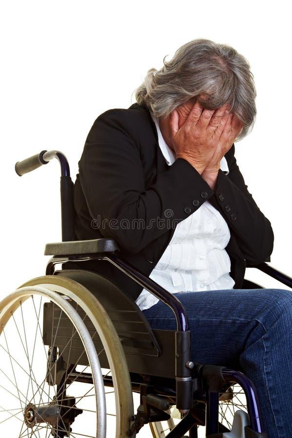 плача женщина кресло-коляскы стоковые фотографии rf