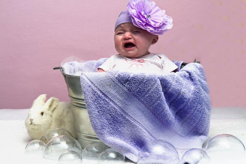 Плача младенец в ушате стоковые фото