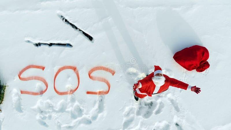 Плачущий за помощью Санта-Клауса, застрявшего в снежном поле стоковое изображение rf