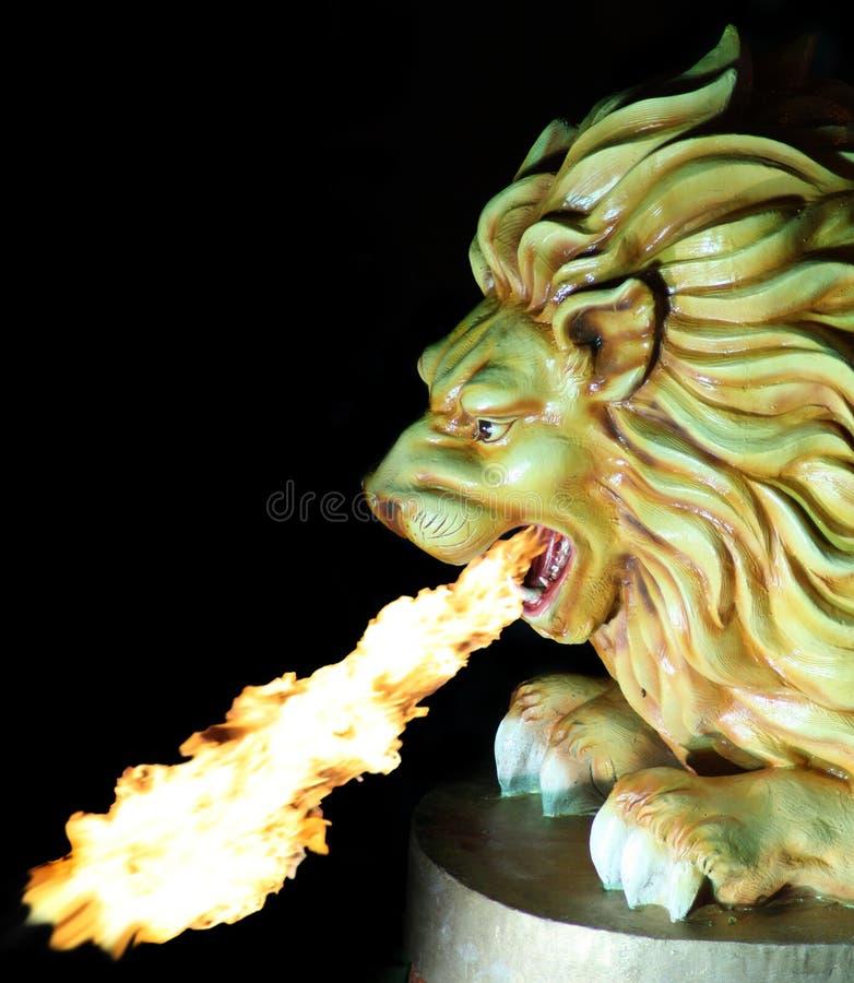 плевание льва пожара стоковое фото
