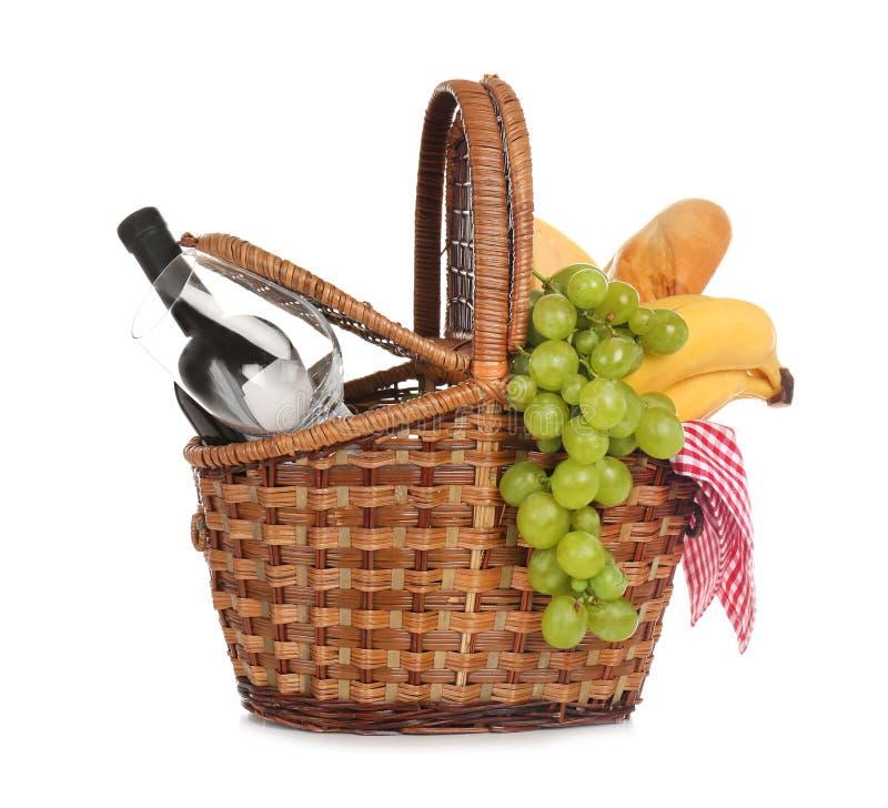 Плетеная корзина для пикника заполненного с едой стоковое изображение rf