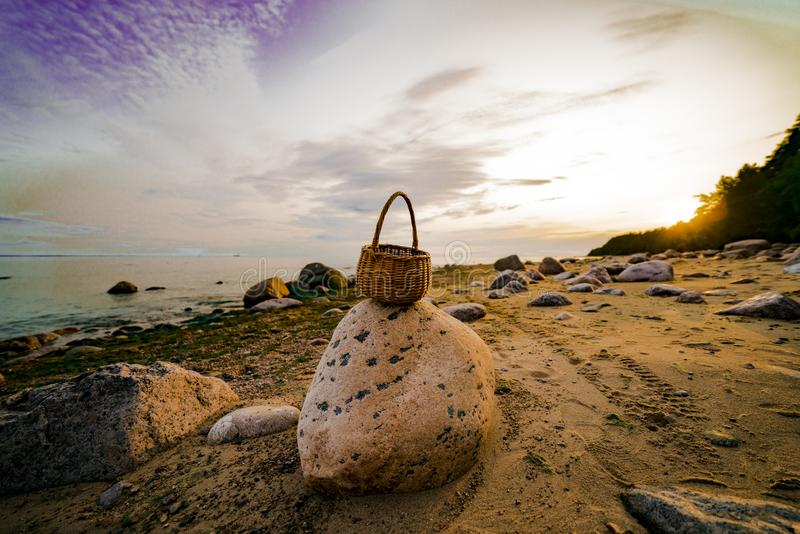 Плетеная корзина на береге Gulf of Finland на камне стоковые изображения rf