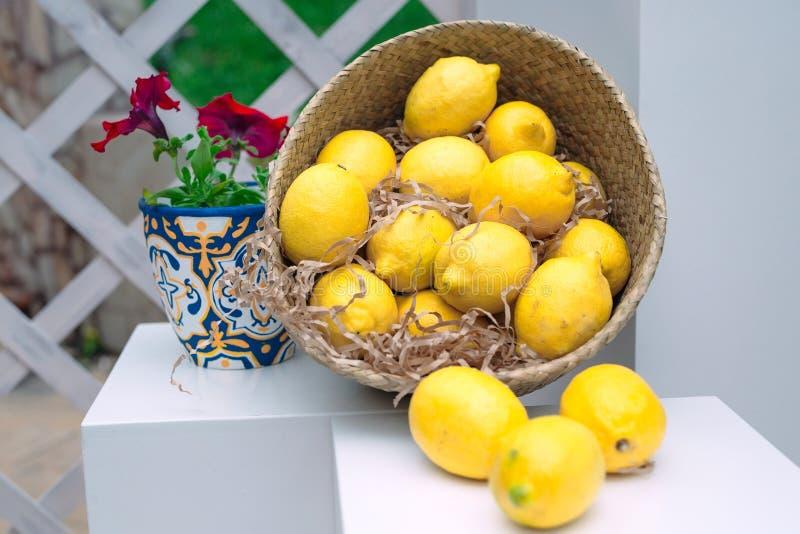 Плетеная корзина со свежими лимонами и бумажными прокладками стоковое изображение